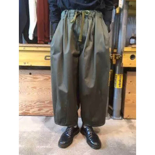 COMOLI - is-ness イズネスballoon ez pants カーキ F