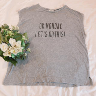 ジーユー(GU)のジーユーGU XLサイズ グレーの夏物カジュアルノースリーブTシャツ 英字ロゴ入(カットソー(半袖/袖なし))