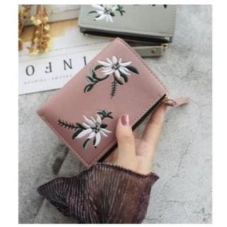 刺繍デザイン 二つ折り財布 ピンク コンパクトな財布を持ちたい方にピッタリ