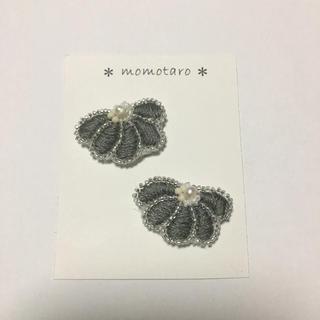 mina perhonen - 淡いグレー 5つ葉フラワー イヤリング