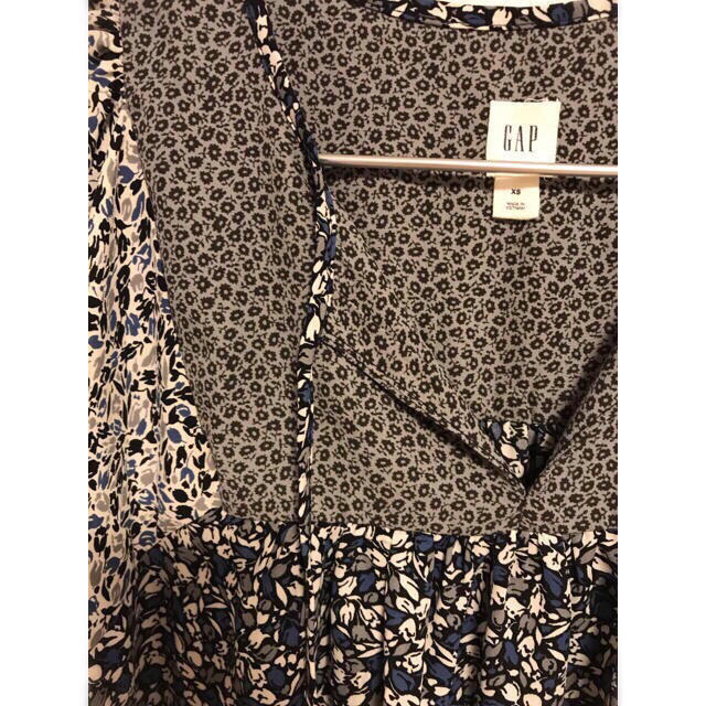 GAP(ギャップ)の【最終価格】GAP チューリップ 花柄 パッチワーク スキッパー 半袖ブラウス レディースのトップス(シャツ/ブラウス(半袖/袖なし))の商品写真
