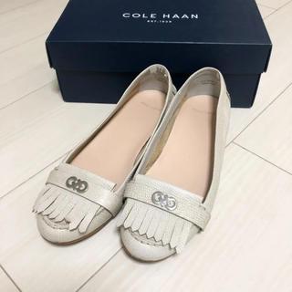 コールハーン(Cole Haan)の新品同様!コールハーン 24.0 本革 グレー ロゴ フリンジ 革靴 パンプス(ハイヒール/パンプス)