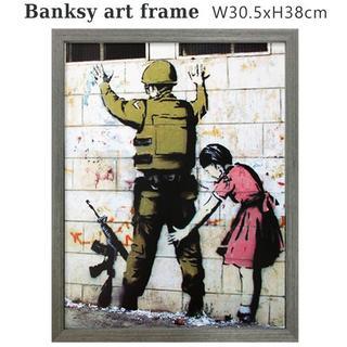バンクシー アートフレーム (ガールサーチングソルジャー) Banksy 絵画(絵画/タペストリー)