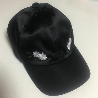 ローリーズファーム(LOWRYS FARM)のお花の刺繍 ❁ キャップ 黒(キャップ)