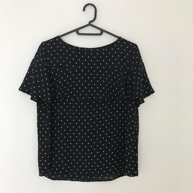GU(ジーユー)のGU ドットブラウス ブラック M レディースのトップス(シャツ/ブラウス(半袖/袖なし))の商品写真