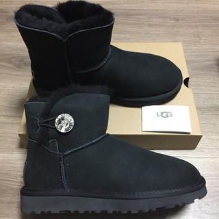 アグ(UGG)の新品未使用!正規品UGGスワロフスキーベイリーボタンミニ2 ブラック 24センチ(ブーツ)