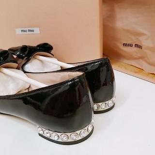 ミュウミュウ(miumiu)のmiu miu ビジューフラットシューズ(ローファー/革靴)