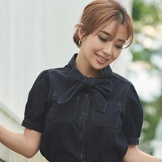 エイミーイストワール(eimy istoire)の新作エイミーイストワール新品タグつきリボンタイデニムシャツ✨(Tシャツ(半袖/袖なし))