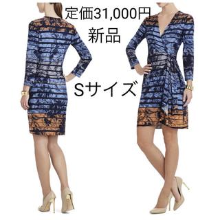 ビーシービージーマックスアズリア(BCBGMAXAZRIA)の新品 BCBG MAXAZRIA サンセットプリント ラップワンピース ドレス(ひざ丈ワンピース)