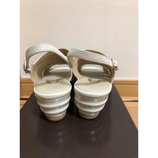 銀座ヨシノヤ サンダル ホワイトメタリック 21センチ レディースの靴/シューズ(サンダル)の商品写真