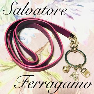 サルヴァトーレフェラガモ(Salvatore Ferragamo)のフェラガモ チャーム付きストラップ (パープル)(その他)