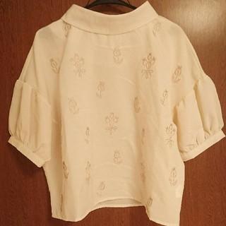 メルロー(merlot)のメルロープリュス チューリップ刺繍スタンドカラーブラウス7557-0530  (シャツ/ブラウス(半袖/袖なし))