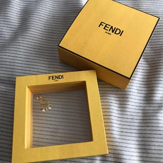 フェンディ(FENDI)のFENDI イニシャル チャーム ネックレストップ  ゴールド アイボリー(チャーム)