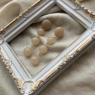 カスタネ(Kastane)のイヤリング clear beige ball long pierce(ピアス)