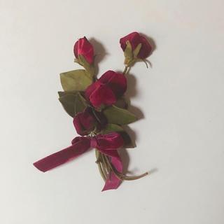 ザラ(ZARA)の薔薇 ブローチ(ブローチ/コサージュ)