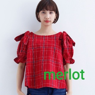 メルロー(merlot)の【 新品 未使用 タグ付き 】 merlot チャック柄 肩リボンブラウス 赤(シャツ/ブラウス(半袖/袖なし))