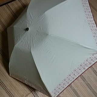 シビラ(Sybilla)の新品未使用シビラ折り畳みパラソル雨天兼用クリームΧ花柄(傘)