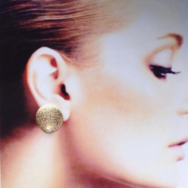 パールとゴールドの秋ピアス☆イヤリング レディースのアクセサリー(イヤリング)の商品写真