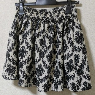ジエンポリアム(THE EMPORIUM)の白黒花柄スカート(ひざ丈スカート)
