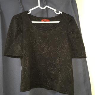 パピヨネ(PAPILLONNER)の黒 花模様トップス(カットソー(半袖/袖なし))
