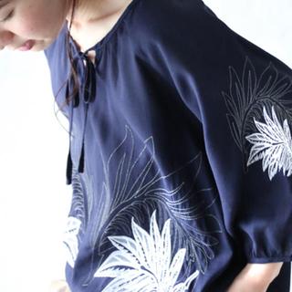 カワイイ(cawaii)の未使用品❗️大人可愛いリーフ柄のネイビーシャツブラウス(シャツ/ブラウス(半袖/袖なし))