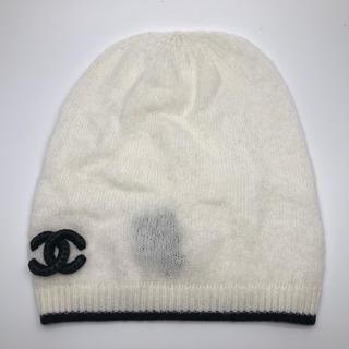 シャネル(CHANEL)のシャネル CHANEL:紐ステッチココマーク付き ニット帽子 ホワイト×ブラック(ニット帽/ビーニー)