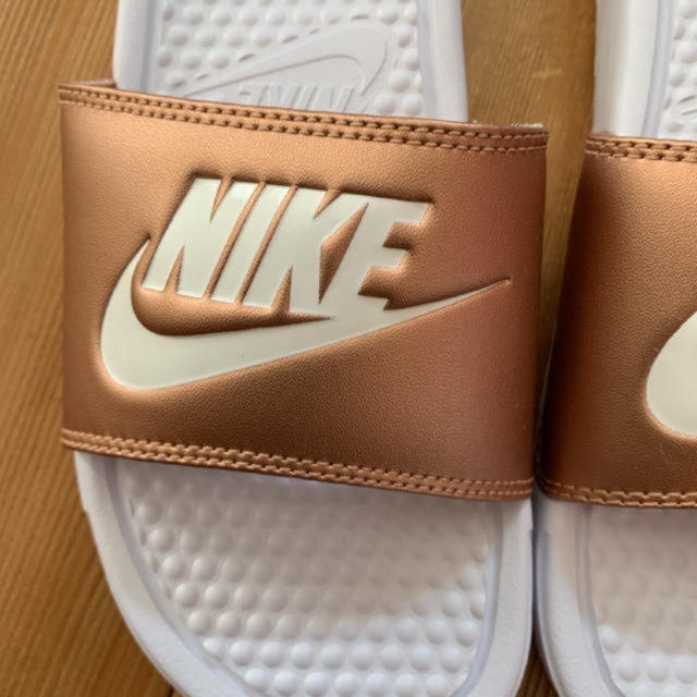 NIKE(ナイキ)の新品 ナイキ ベナッシ  ゴールド ホワイト 25.0cm レディースの靴/シューズ(サンダル)の商品写真