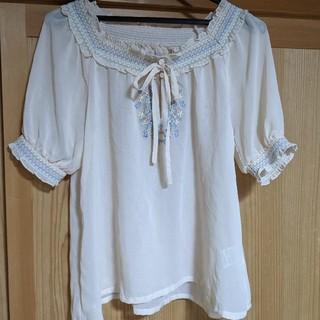 ミスティウーマン(mysty woman)のカットソー 花柄 刺繍(カットソー(半袖/袖なし))