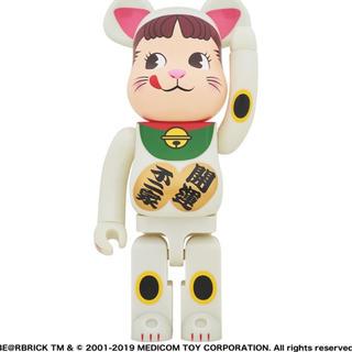 不二家 BE@RBRICK 招き猫 ペコちゃん 蓄光 1000%(キャラクターグッズ)