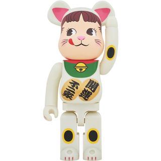 フジヤ(不二家)のBE@RBRICK 招き猫 ペコちゃん 蓄光 1000%(その他)