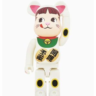 フジヤ(不二家)の●新品未使用品●BE@RBRICK 招き猫 ペコちゃん 蓄光 1000%(キャラクターグッズ)