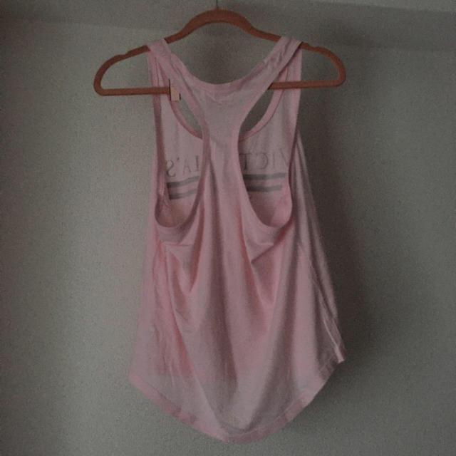 Victoria's Secret(ヴィクトリアズシークレット)の夏物セール‼️ヴィクトリアシークレット ロゴタンクトップ 新品 レディースのトップス(タンクトップ)の商品写真