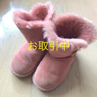 アグ(UGG)のUGG キッズ ムートンブーツ ベイリーボタン サーモンピンク 15.0cm(ブーツ)