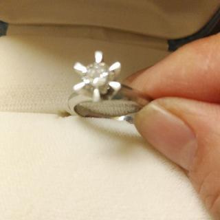 婚約指輪立て爪ダイヤモンドリング