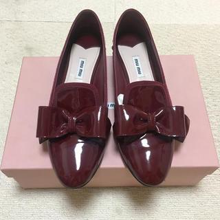 ミュウミュウ(miumiu)のMiu Miu ボルドー ローファー パンプス 41 (26.5)(ローファー/革靴)