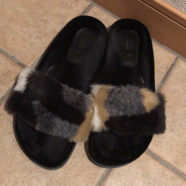 ZARA(ザラ)のzara 完売 ファーサンダル 40 レディースの靴/シューズ(サンダル)の商品写真