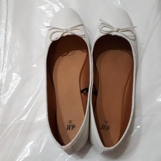エイチアンドエム(H&M)のバレエシューズ パンプス ペタンコ靴 ホワイト 白 リボン(バレエシューズ)