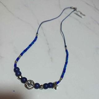 シルバー色スマイルマークモチーフとビーズと紐のネックレス(ネックレス)