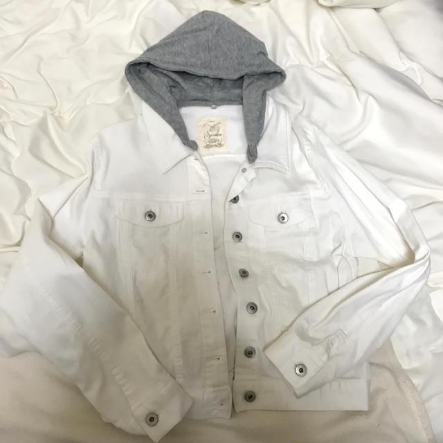 ホワイト デニムジャケット フード付き  レディースのジャケット/アウター(Gジャン/デニムジャケット)の商品写真