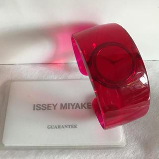 イッセイミヤケ(ISSEY MIYAKE)のISSEY MIYAKE イッセイミヤケ O オー 腕 時計 バングル レッド赤(腕時計)