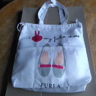 Furla - フルラの、カワイイ白合繊肩ピタバッグ、靴用だがトートバッグも可能、折り畳める