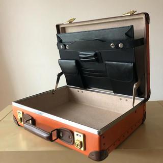 グローブトロッター(GLOBE-TROTTER)の定価150,000円 美品 グローブトロッター 16インチ アタッシュケース(ビジネスバッグ)