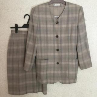 ニジュウサンク(23区)のノーカラージャケット スカートスーツ 薄いパープル系のチェック(スーツ)