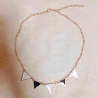 トライアングル モチーフ ネックレス ホワイト ブラック 三角 白 黒(ネックレス)