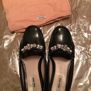 ミュウミュウ(miumiu)のミュウミュウ miumiu  エナメル ブラックローファー ビジュー付 37(ローファー/革靴)