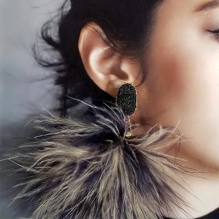 アメリヴィンテージ(Ameri VINTAGE)のドゥルージー&Mixフェザーのピアス・イヤリング ブラック×ネイビー/ベージュ(ピアス)