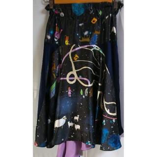 ツモリチサト(TSUMORI CHISATO)のTSUMORI CHISATO アトラクションマップ 総柄 シルク スカート 黒(ひざ丈スカート)