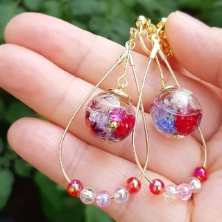 桜入りドロップフープレッドビーズ付 ハーバリウムイヤリング☆赤紫ミックス