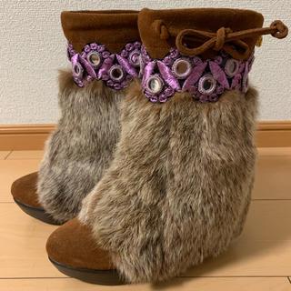 キラリー(KIRALY)のKIRALY スエード刺繍入りファーブーツ (ブーツ)