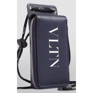 ヴァレンティノガラヴァーニ(valentino garavani)のValentino Garavani VLNT ストラップ ウォレット Navy(折り財布)